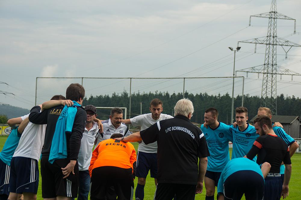 so sehen Sieger aus: geschafft, aber glücklich klatschen sich die Schwarzenbacher ab - der erste Auftritt in der Kreisliga Süd ist erfolgreich absolviert!